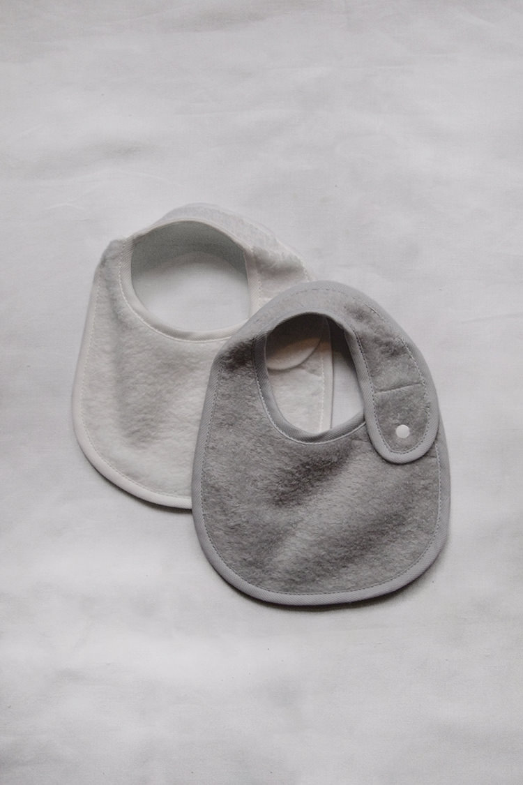 Makie, Uchino Marshmallow Bib. Gray and White. Top