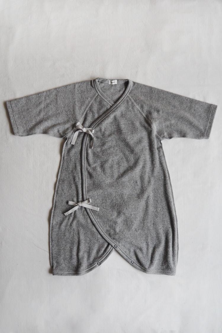 Pile Hadagi 6m, a gray kimono style wrap onesie