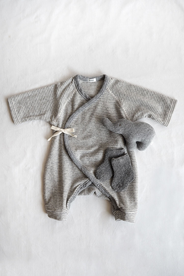 Unisex baby gift box set. Gray Stripe.