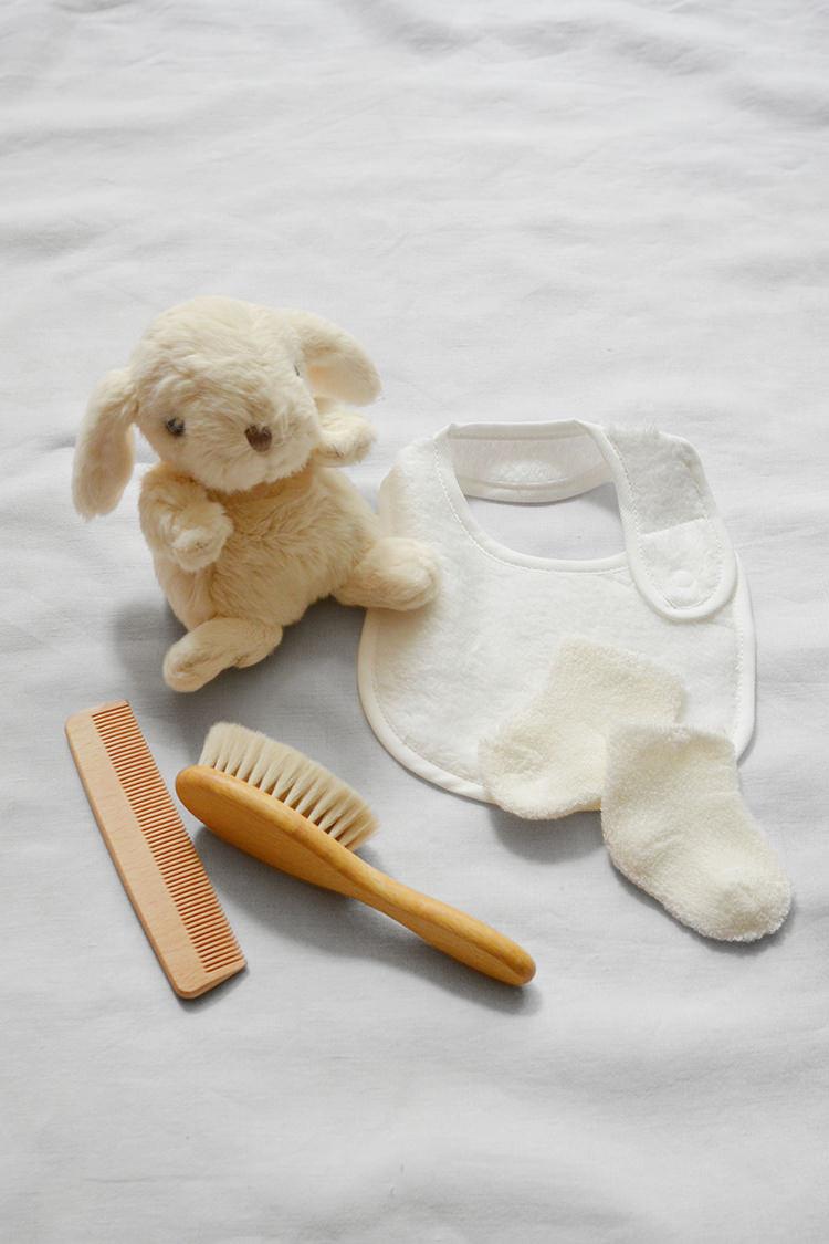 Makie, unisex baby gift set: Bunny and Baby Hair Brush, Cream. Top