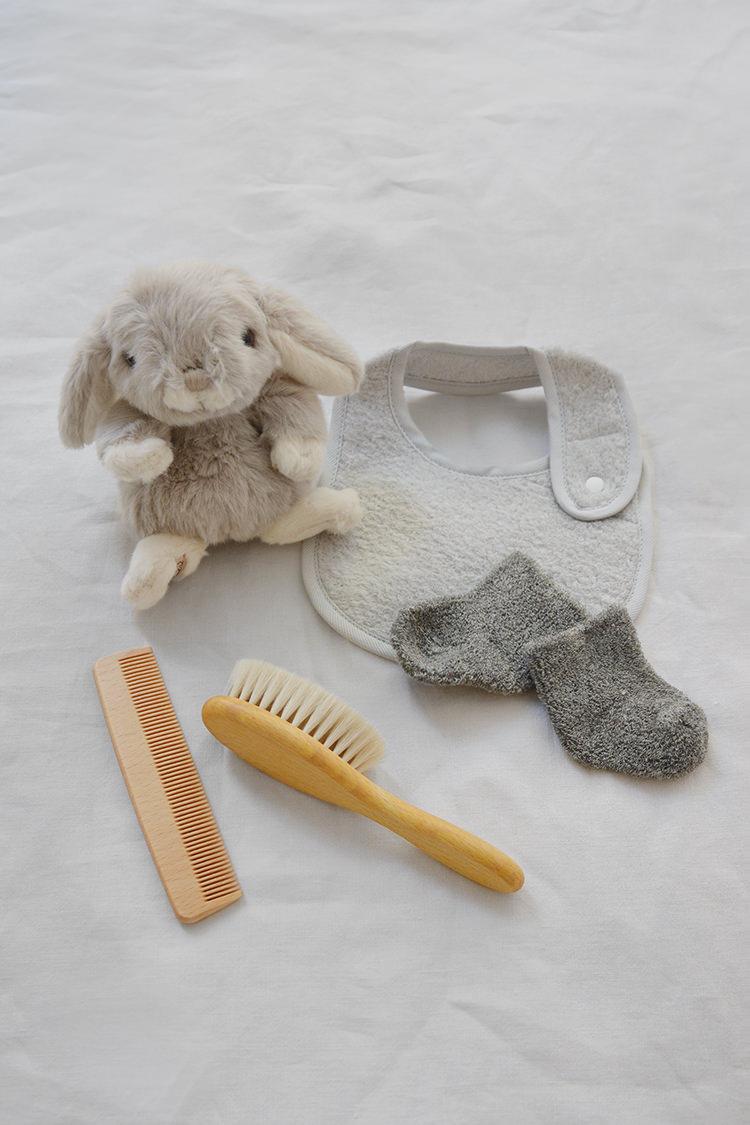 Makie, unisex baby gift set: Bunny and Baby Hair Brush, Gray. Top