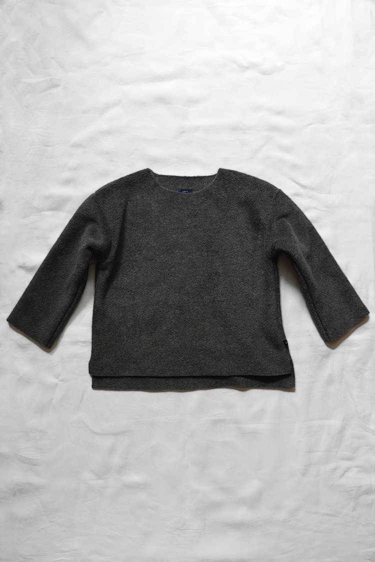 Makie: Fleece Pullover, Charcoal. Top