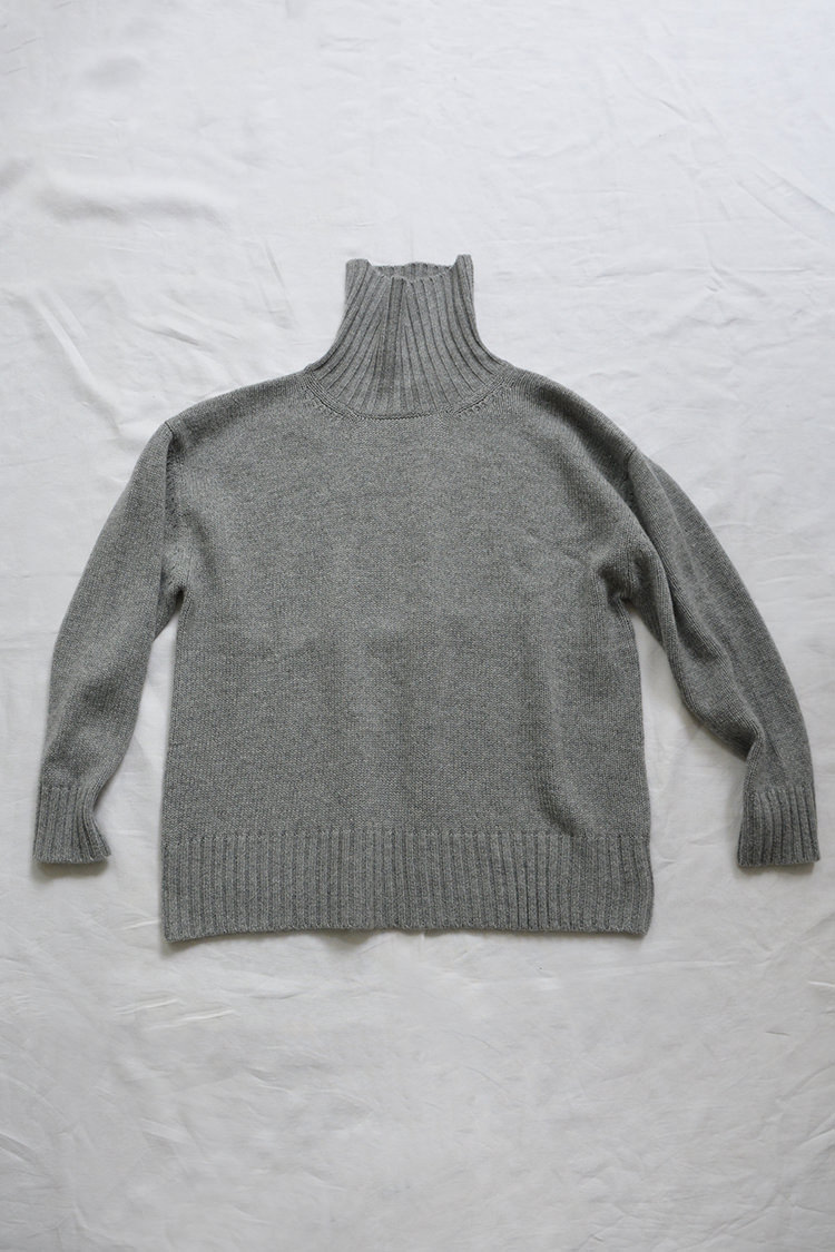 Women's gray turtleneck cashmere sweater